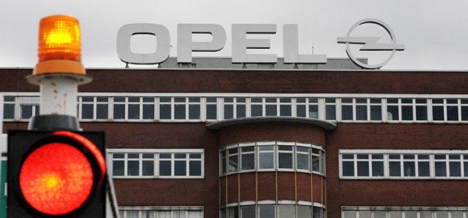 Opel na koljenima