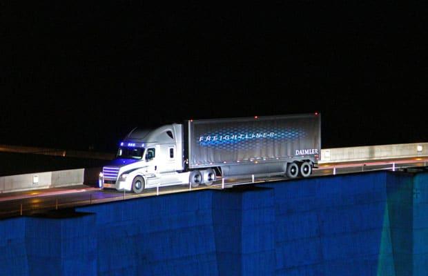 Freightliner Technologiepremiere in Las Vegas. Erster autonom fahrender Truck mit Straßenzulassung für Nevada