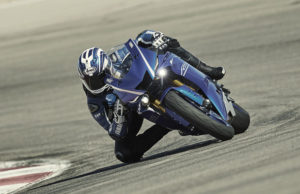 2017-yamaha-yzf-r6-eu-race-blu-action-001