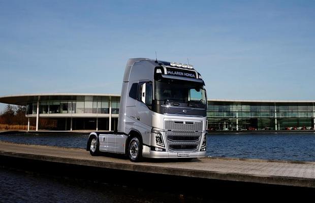 Volvo-Trucks-FH-McLaren-Honda-F1_1